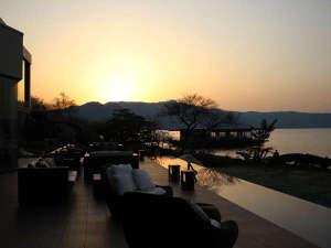 夕焼けに染まる空を眺めてゆっくり過ごす湯上がりのひととき