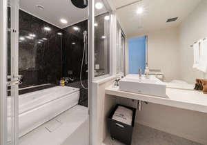 ●バスルーム【全室セパレートタイプ】:トイレと洗い場はガラス扉で仕切られ、レインシャワーもあります。
