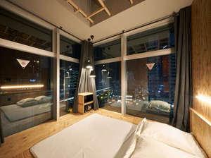 窓一面で開放的な半個室。2人利用可能