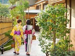 女性に人気の色浴衣は無料で貸出中。京都らしく粋な柄を沢山揃えております。(枚数限定/先着順)