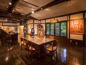 ギャラリーには絵画やデザイン画が飾られ、珈琲がゆっくり飲めるスペースです
