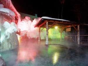 【5階 冬の峡谷露天風呂】ライトアップされた雪の塀が幻想的です。深夜24時まで、朝は5時~