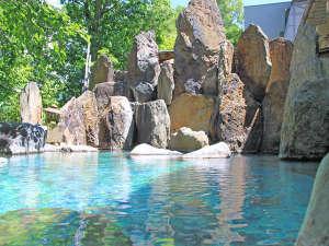 【夏の峡谷露天風呂】晴天の日。深緑の中、おいしい空気をいっぱい吸いながらゆっくりとご入浴・・・