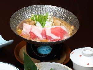 長生館名物「猪肉のぼたん鍋」は食用猪に特製ブレンド味噌を用いています。今年は亥年!ぜひお試しあれ。