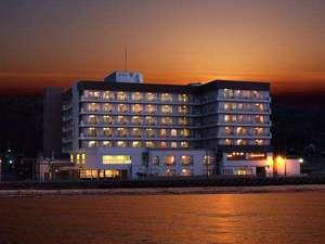 【ホテル外観】相川湾の日の入りとともに雲がオレンジ色に染まってゆきました