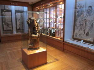 館内に小さな美術館があり、幕末~現代にかけて代々受継がれてきた美術品を展示しています