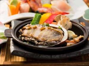 【料理例】アワビとサザエの陶板焼き。