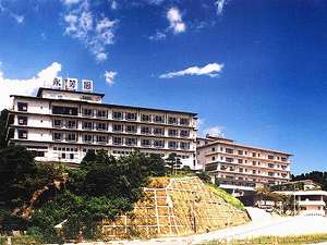 海辺の高台に建つ老舗。全てのお部屋から富山湾が眺められる!運がよければ海越しの立山も見ることができる