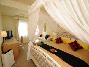 170cmのクイーンサイズベッドに、純白の天蓋を設えた特別なお部屋はまるでお城にいるような感覚★