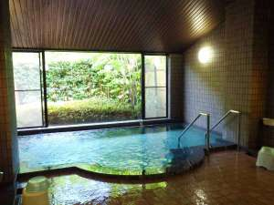 *別府温泉(湯の華)の湯質感を再現した自然派の人工温泉。