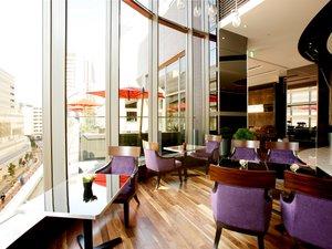【ロビーカフェ】大きな窓から自然光を取り込み明るい雰囲気に。