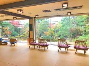 秋のロビーより日本庭園を望む