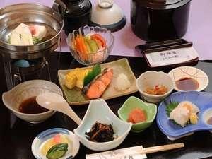朝食もお部屋食。朝食には函館名物・烏賊刺しがつきます。函館の烏賊を是非ご賞味下さい。