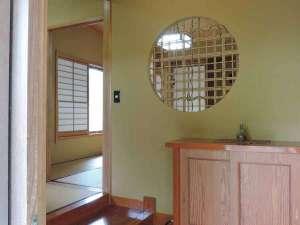 *お部屋の入り口/純和風のお部屋からはイ草の心地いい香りがします。