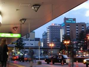 JR長岡駅「大手口」を出た風景です。左目の前にあるのが法華クラブです。青いネオンが目印