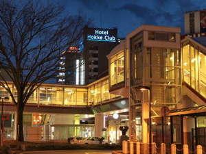 駅からペデストリアンデッギ越しにホテルを望む。