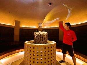 古代オリエントをイメージした岩盤浴ゾーン 『ロウリュウ』が大人気!烈火隊のアクションに注目!