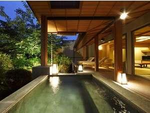 【露天風呂付スイート】露天風呂と湯上りテラスと日本庭園(浮舟)