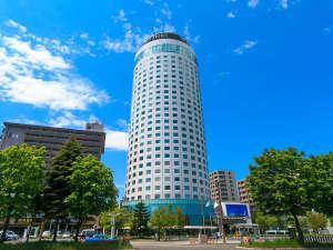 緑映える札幌中心部に建つ円柱形の札幌プリンスホテル