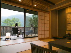 テラスのからの眺めは立山の自然を満喫できる癒しの空間