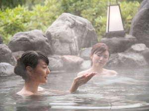 大自然に溶け込む露天風呂は山奥の秘湯を感じさせる趣【美肌の湯 あわす温泉】