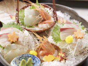 【季節のお造り盛り合わせ】紅葉真鯛など季節のお刺身を盛り合わせでご用意。