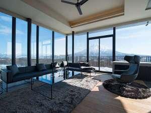 *6階ペントハウス/121平米の2ベッドルーム。リビングからは四季のニセコの風景が広がります。