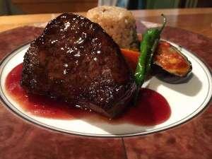 栃木県産牛のステーキ 色彩り付け合わせと共に♪赤ワインのソースが好評です。