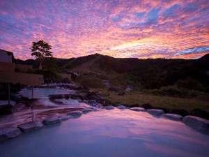 息をのむ美しさ!露天風呂からの朝焼けは空が幻想的♪