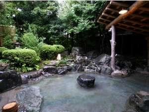 古木や名石に囲まれ四季折々の風情溢れる露天風呂。