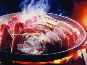 陶板にて高温高圧で一気に焼き上げる「焼きかに」はジューシーでふっくら!!