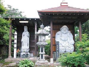 *庭には東北最大と言われる「芭蕉の句碑」や、「聖観世音菩薩」「大黒様」が建立されています。