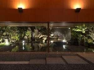 まるで絵画のようなエントランスロビーからの日本庭園の眺め。