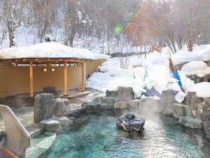 ◆冬の露天風呂/森に囲まれたような露天風呂。冬には雪見露天を楽しみながら、のんびり湯浴みを。