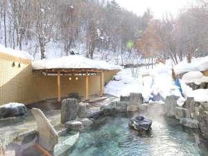 【露天風呂】森に囲まれたような露天風呂。冬には雪見露天を楽しみながらのんびり湯浴みを。