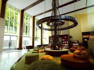 【森ラウンジ】暖炉のオブジェは大木、緑のカーペットは草と大地をイメージし、まるで森の中にいるよう