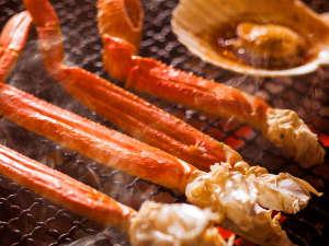【夕食バイキング一例】ズワイ蟹やホタテをはじめ、旬の魚介を炉端焼きで贅沢に!