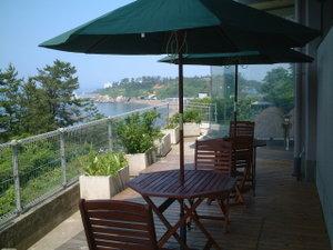 ラウンジ脇の外のスペースにあるパラソルで夏のリゾート気分が満喫できます。