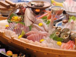 「日本海の幸の舟盛り」は通常のお造りの2倍以上の盛り込み(写真5人前)
