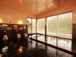 ガラス張りの浴室から見えるのは入遠野川の流れと、四季で移り変わる姿…
