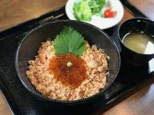 【鮭いくら丼】平成29年11月より夕食の無料サービス開始!メニューは日替わりで変更!