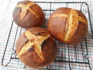 石窯で焼いた天然酵母パン(朝食の一例)