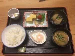 朝食は2F和風ダイニング輪(Rin)にてご用意いたします。和定食1食800円