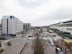 左側がホテル、右側がJR北上駅◆本当に駅前立地♪