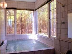 天然鉱石を使用した人工温泉ですが、24時間入浴可能で常にオゾン殺菌していますから塩素臭さはありません