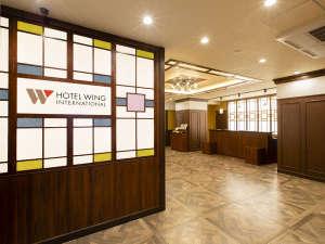 【エントランス】館内はレトロモダンのデザインで、温かみのある空間。