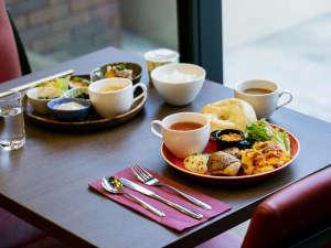 【朝食】朝食は選べるプレートの他ドリンク、スープバーなどが楽しめます(写真はイメージ)