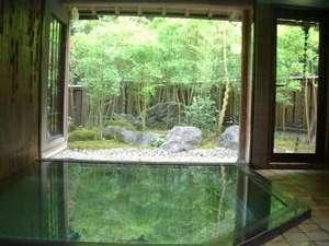 竹林を望む男性浴場。温泉掛け流し。ご利用時間は15:00~0:30/6:00~9:30