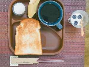 【 朝食 】パン・サラダ・ゆで卵など、シンプルな朝食を提供