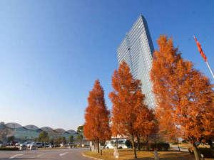 琵琶湖畔にたたずむ38階建てのホテル